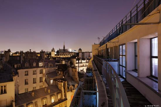 Holiday Inn Paris - Notre Dame: Night view from room with balconies