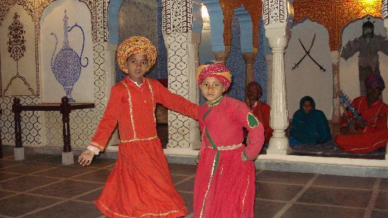 Surajgarh, อินเดีย: traditional shekhawati dancers