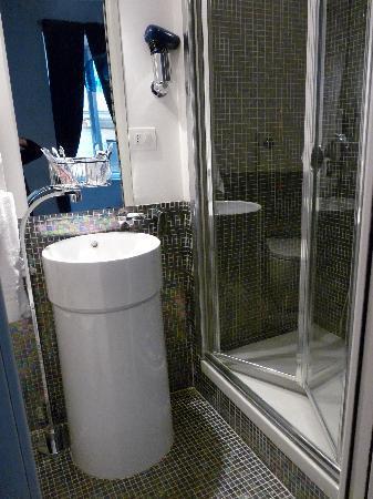 WRH Trastevere: Peek into the stylish bathroom