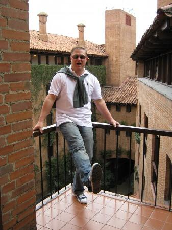 Estelar Apartamentos Bogota: a little balcony overlooking a courtyard