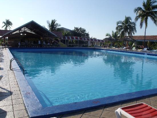 Hotel Rancho Luna: Swimming pool and bar area