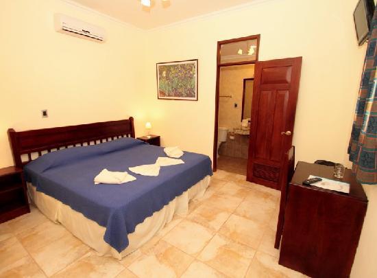Hotel El Almirante: Our room (king size bed)