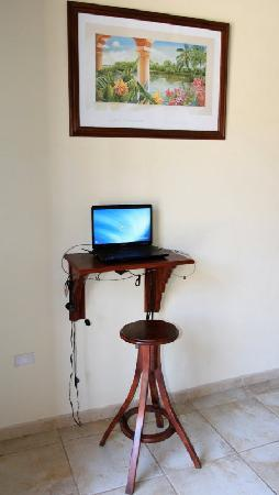 ‪‪Hotel El Almirante‬: Laptop station for guest‬