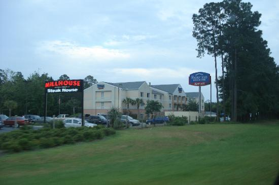 Fairfield Inn & Suites Brunswick: View From Golden Isles Parkway