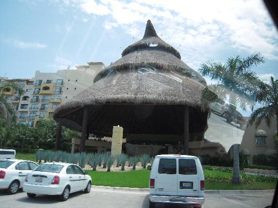 Fiesta Americana Condesa Cancun All Inclusive: Front of the hotel