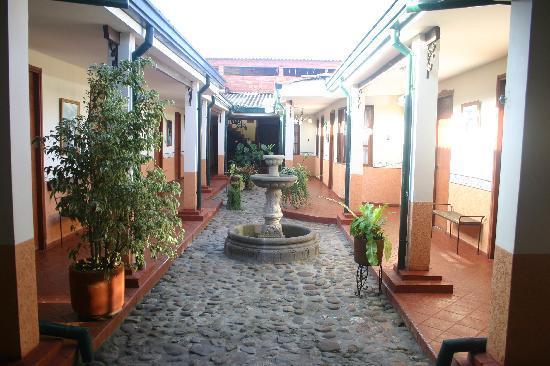 Hotel Los Portales: Rear courtyard