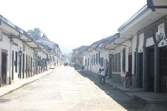 Hotel Los Portales: Street outside the hotel