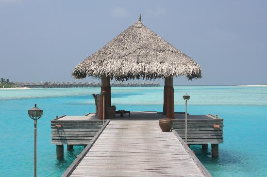 Naladhu Resort Maldives: boat deck at naladhu.from here you take the boat to dhigu