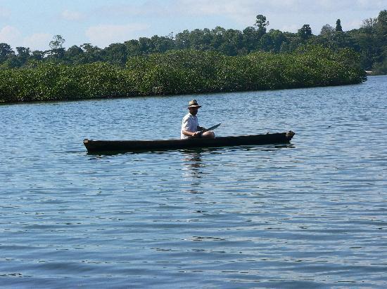 La Loma Jungle Lodge and Chocolate Farm: Using the lodges dug out canoes
