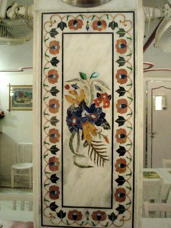 Zorba the Buddha: A pillar in the middle of the restaurant is decorated with typical Agra marble inlay work