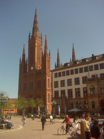 ‪‪Wiesbaden‬, ألمانيا: Wiesbaden downtown...that is the Market Church‬
