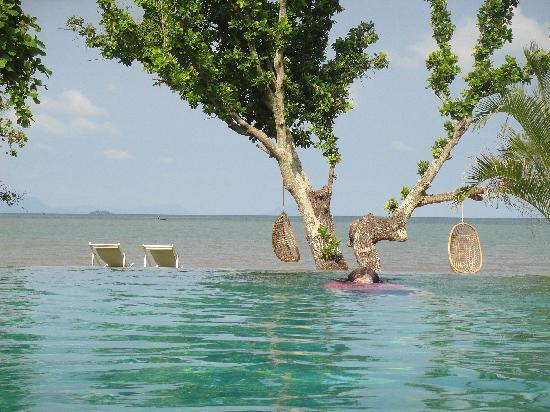 Kep, Καμπότζη: The swimming pool and beyond.