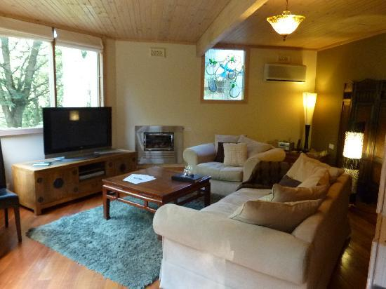 Linden Gardens Rainforest Retreat: The comfortable living area