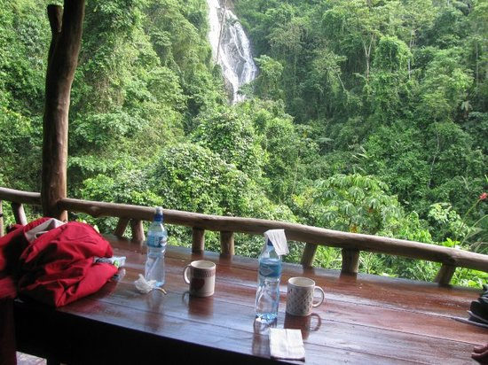 Xtreme Tours: Where we ate breakfast and Lunch.. and the view of the waterfall!