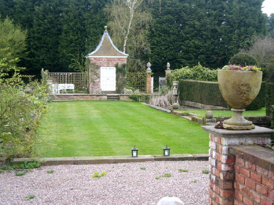 Manor Farm B&B and Holiday Cottages: Part of the enchanting gardens