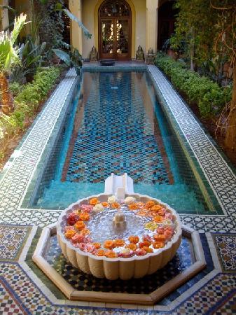 Riyad Al Moussika: la vasca e la fontana con le rose