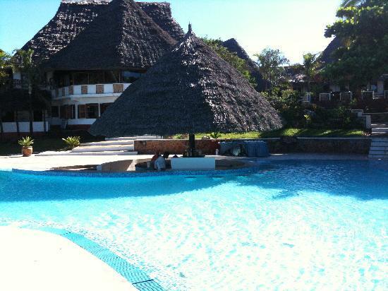 Karafuu Beach Resort and Spa: Beautiful pool - space to relax