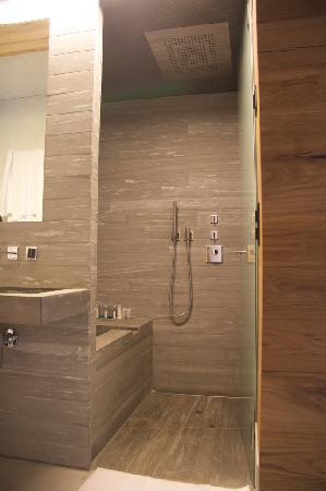 rocksresort : Bathroom shower & bath