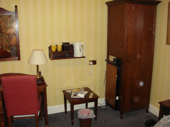 The Old Golf House Hotel Huddersfield: The smallish wardrobe