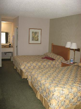 Ramada Costa Mesa/Newport Beach: the room- 2 queen beds