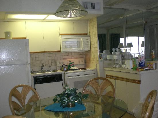 Coral Reef Resort: Full kitchen
