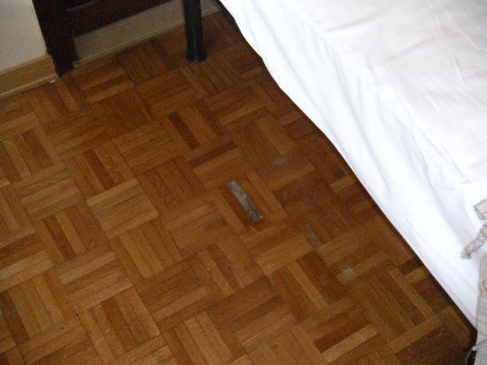 Hotel Terme Pellegrini: Agujerito en el suelo, no ir descalzo!
