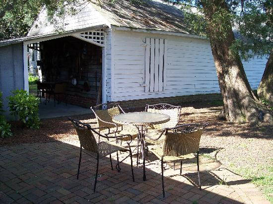 Big Mill Bed and Breakfast: Packhouse patio