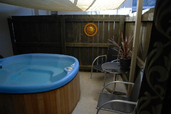 Dunedin Palms Motel: private courtyard with outdoor spa pool unit