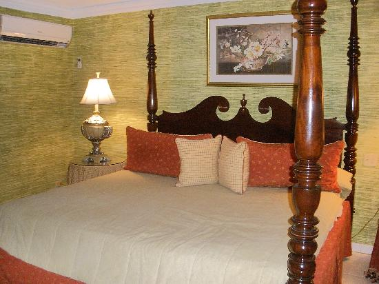 Polkerris Bed and Breakfast: my king size bed