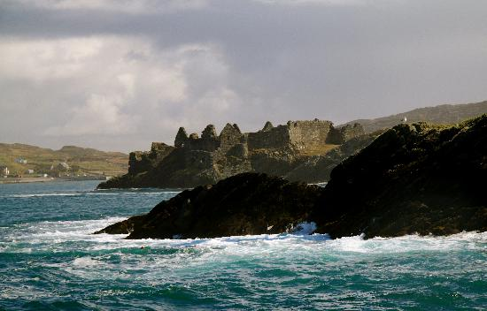 Inishbofin House Hotel: Cromwell's Barracks - view from ferry