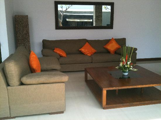 The Wolas Villas & Spa: nice living room. beware of slippery floor whe wet