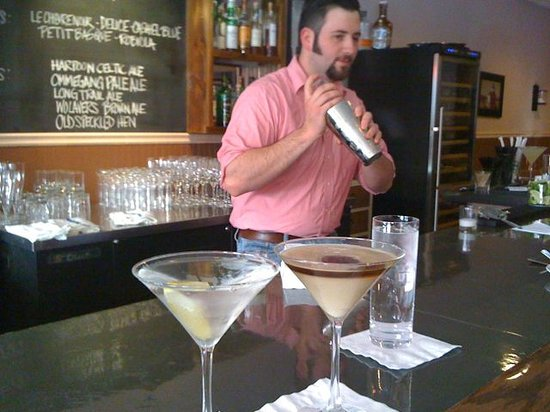 Flatiron Steakhouse: Here's Chris at the bar making an awesome Martini