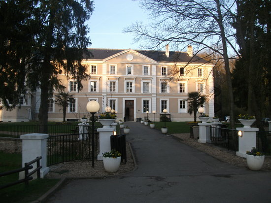 Lesigny, Francia: what we imagined as our hotel :@