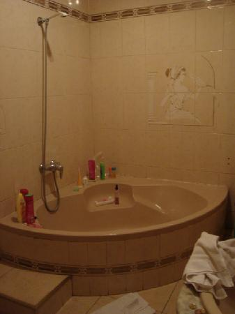 Hostal Residencia Rembrandt: our jacuzzi tub/shower
