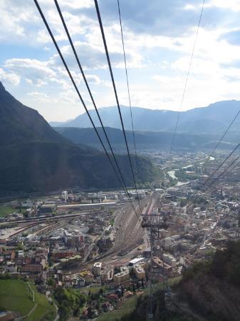 Bolzano vista do aaaaalto da Funivia (bondinho) de Renon
