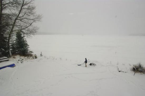 Rouyn-Noranda, Kanada: Le lac Vaudray, inspiration de Richard Desjardins. Ici: Mathieu qui prépare un feu.