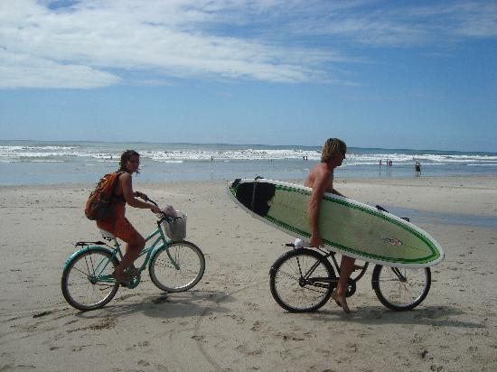 Pachamama Tropical Garden Lodge: Biking to the beach