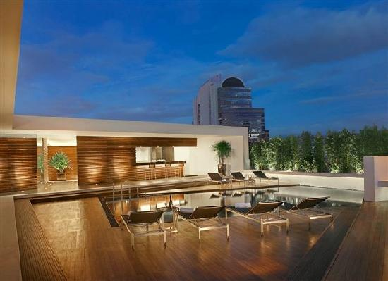 Oakwood Residence Sukhumvit Thonglor: Roof top swimming pool and fitness center