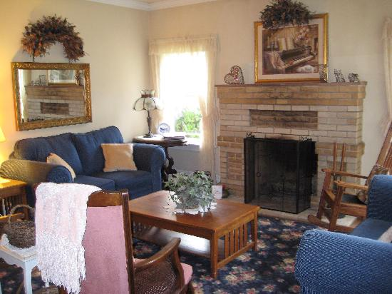 Shady Oaks Country Inn: Living room