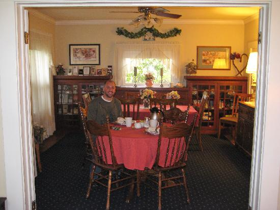 Shady Oaks Country Inn: Dining Room