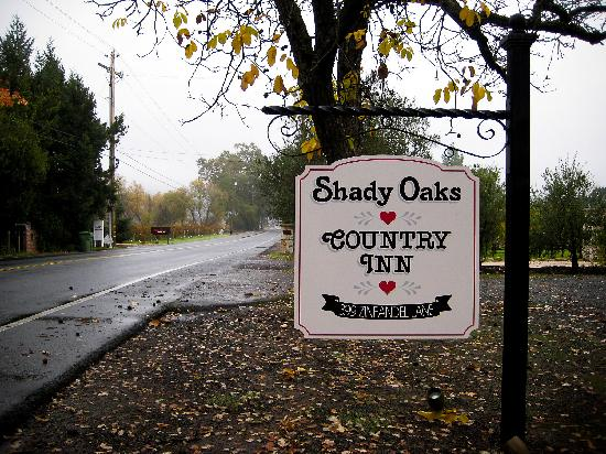 Shady Oaks Country Inn: Front Sign of B&B