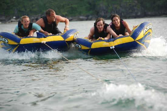 Castaway Island: Activity on beach