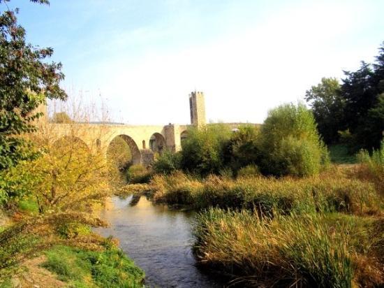 Besalu, สเปน: Pont Vell - daytime