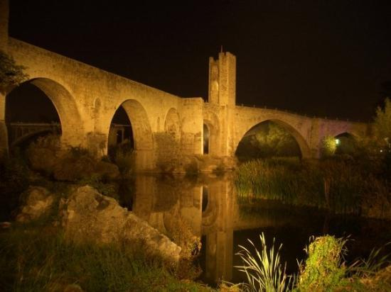 Besalu, İspanya: Pont Vell at night...