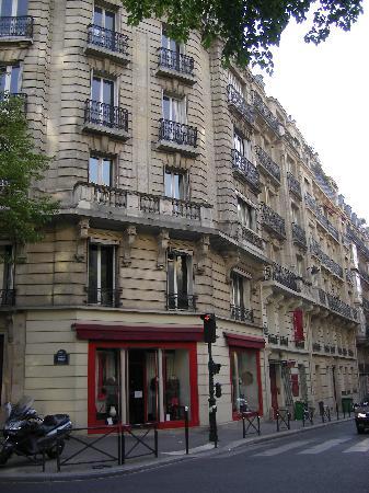 HotelHome Paris 16: Entrée de l'hôtel sur la droite