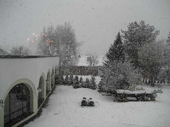 Hotel Tirolerhof : Courtyard in the snow