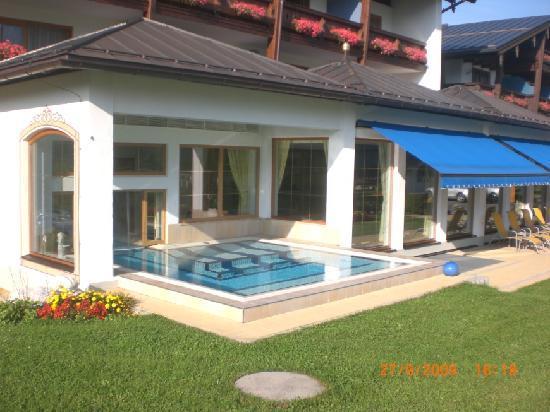 Alpenhotel Zechmeisterlehen : hotel von vorn mit einem der 3 pools