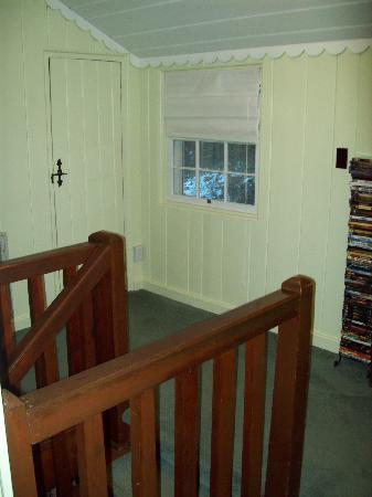 Laurel Springs Lodge B&B: top of the stairs on top floor. To the right was riverview by itself and to the left was one or
