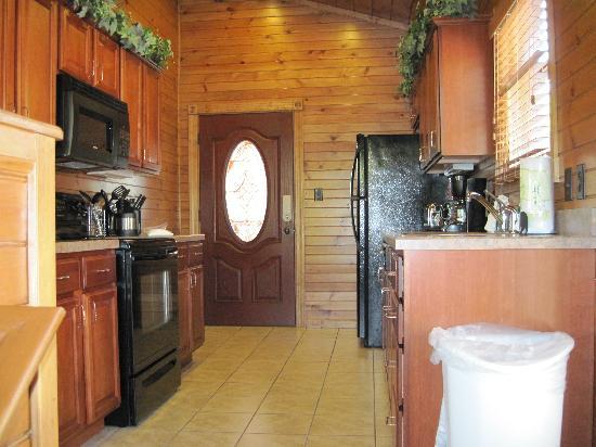 Gatlinburg Falls Resort: Kitchen/Front Door