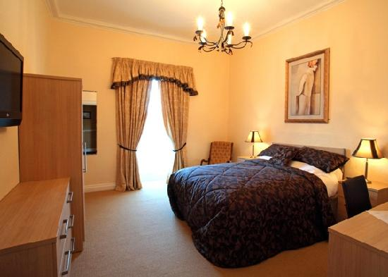 Downshire Arms Hotel: bedroom 5